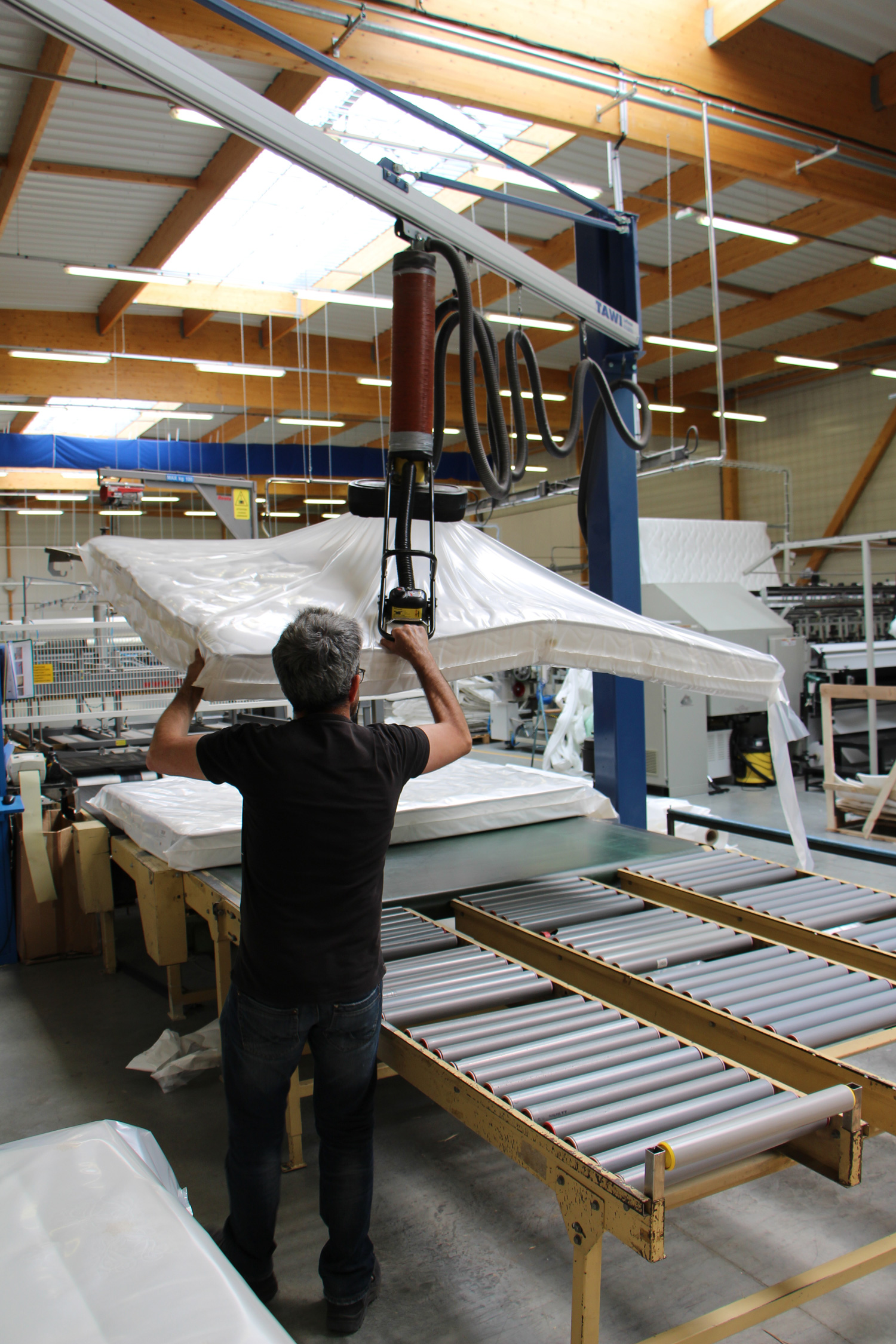 Ouvrier Michel usine de matelas emballage