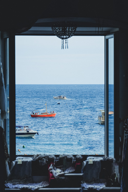 Dormir près de la fenêtre avec vue sur la mer